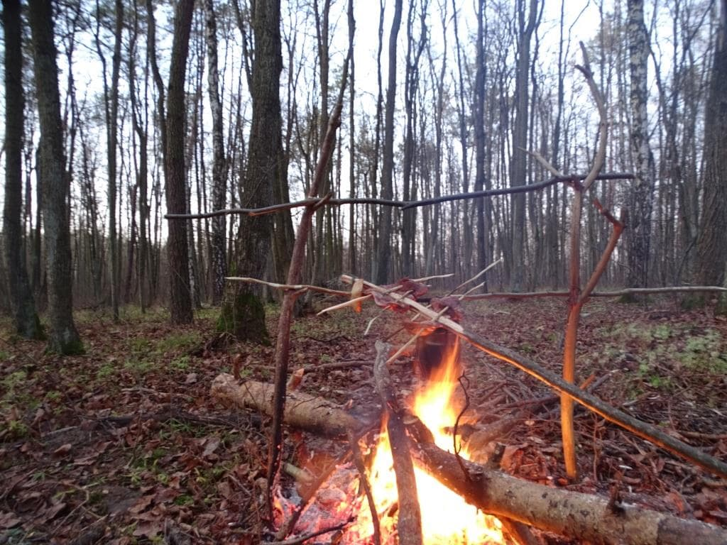 miejsce na biwak - ognisko w lesie